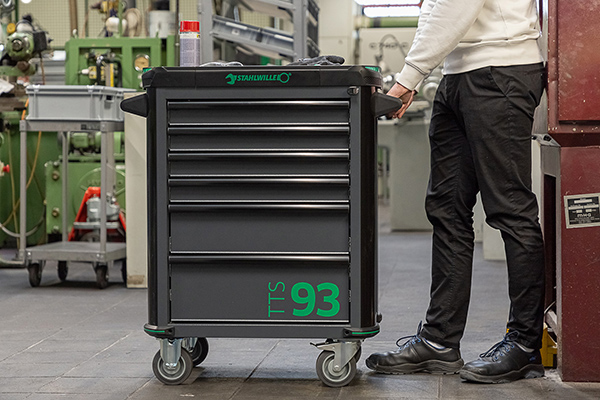 Die Arbeitshöhe von 1000 mm ermöglicht rückenschonendes Arbeiten in aufrechter Körperhaltung. 2021_PM_STW_Werkstattwagen_TTS93 Stahlwille