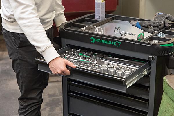 Der Werkstattwagen TTS93 wird sowohl unbestückt als auch mit drei verschiedenen Werkzeugsortimenten für Industrie, Handwerk und Automotive angeboten.