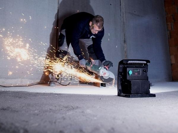 Die Akku-Systeme von Bosch Professional, Dewalt, Makita, Metabo, Milwaukee sind mit dem Baustrahler 6050 kompatibel