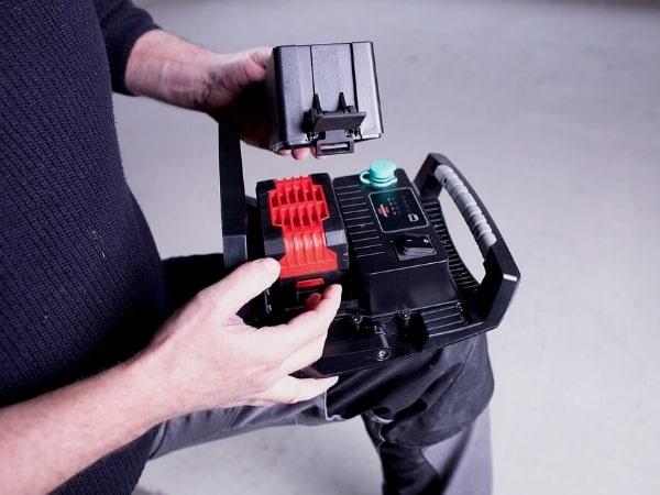 Standardmäßig ist der Arbeitsstrahler 6050 von Brennenstuhl mit einem Bosch-Professional-Akku-Adapter ausgestattet