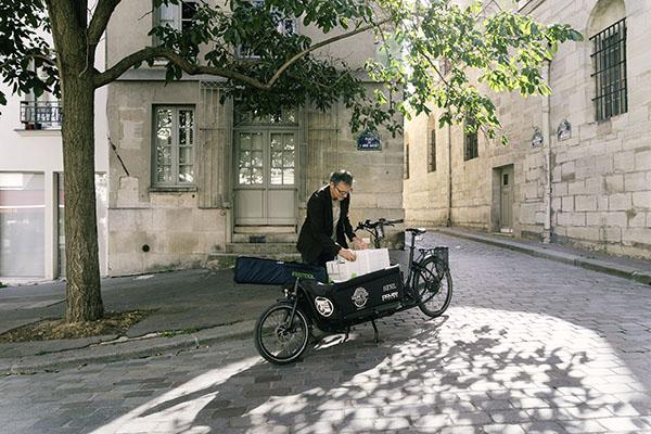 """Früh morgens lädt Philippe Genty seine """"mobile Werkstatt"""" auf das Lastenrad. So hat er immer alles dabei, was er für den Arbeitstag braucht."""