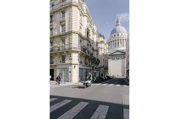 """Mit seinem Lastenrad fährt der """"ébéniste à vélo"""" zügig durch die dichte Innenstadt von Paris zu einer Kundin."""