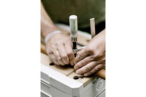 Im Hinterhof des Ladengeschäfts hat er sich mit einem Stapel Systainer eingerichtet – der MFT-SYS mit gelochter MDF-Arbeitsfläche oben aufgesetzt