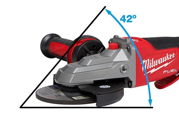 Der deutlich flachere Kopf des Modells M18FSAGF125 bietet Vorteile im Handling bei wenig Platz. Die Arbeit ist auch in engen Winkeln möglich.