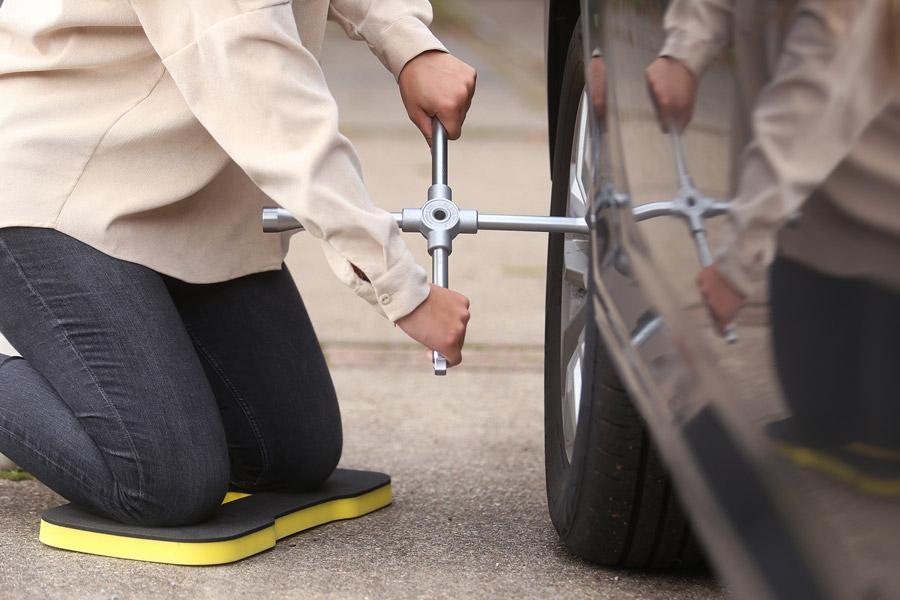 Radkreus und Kniematte zum Reifen wechseln